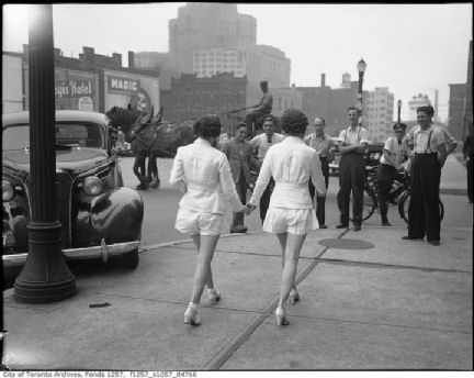 Women_in_shorts_1937x.jpg